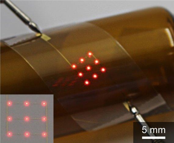 유연한 플라스틱 기판 위에 비등방성 전도성 접착제를 이용해 마이크로 LED 디스플레이를 만들었다. 성균관대 김태일 교수 제공