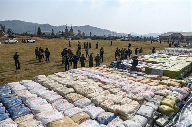 3월 6일 미얀마군이 샨주 쿳카이타운십 일대에서 벌인 마약 소탕 작전에서 압수한 엄청난 분량의 마약 원료 등을 자국 주재 외국군 무관들과 취재진을 상대로 공개하고 있다. 쿳카이=AFP 연합뉴스