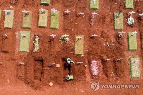 자카르타의 코로나19 사망자 묘역 [로이터=연합뉴스]