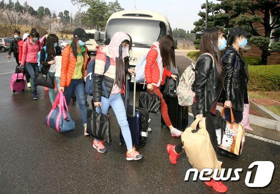 탈북자 13명이 지난 2016년 4월 인천공항을 통해 입국한 후 모처에 도착해 숙소로 걸어들어가고 있다. 2016.4.8/뉴스1