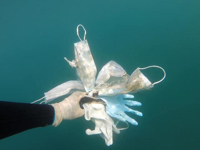 [서울=뉴시스]프랑스 비정부 환경단체 '깨끗한 바다 작전'(Clean Sea Operation)이 지중해에서 수거한 마스크와 일회용 장갑. <출처: 페이스북> 2020.5.27.