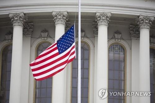 코로나19 사망자를 기리기 위한 조기가 미 국회의사당 앞에 걸려 있다. [EPA=연합뉴스 자료사진]