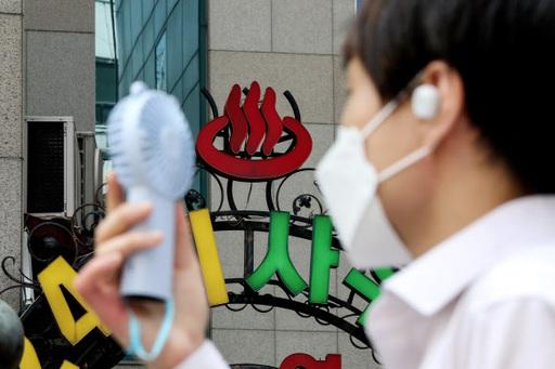 30도에 육박하는 더운 날씨를 보이는 31일 오전 서울 종로구 일대에서 한 시민이 손 선풍기를 들고 사우나 앞을 지나고 있다. 뉴시스
