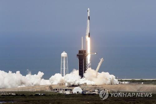 크루 드래건을 실은 스페이스X의 팰컨9 로켓 발사 장면 [AP=연합뉴스]