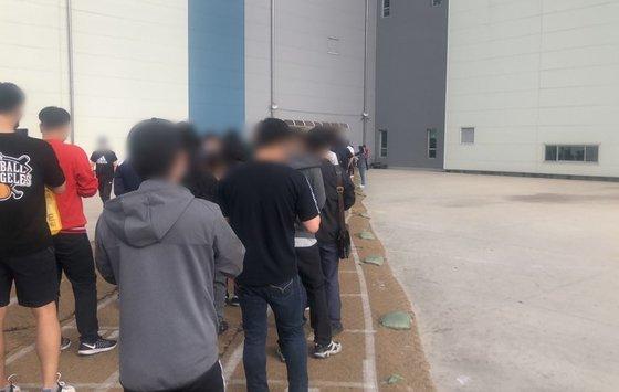 1일 오전 화성시 동탄 물류센터에서 입장을 위해 길게 늘어선 줄. 채혜선 기자