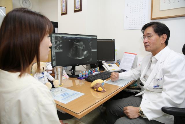 김형준 중앙대병원 소화기내과 교수가 지방간 상담을 하고 있다. /사진제공=중앙대병원