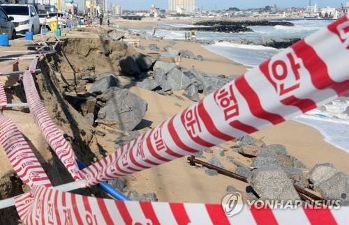 올해 2월에 무너진 영진해변 지난 2월 18일 강릉시 주문진읍 영진해변이 파도로 곳곳이 붕괴해 있다. [연합뉴스 자료사진]