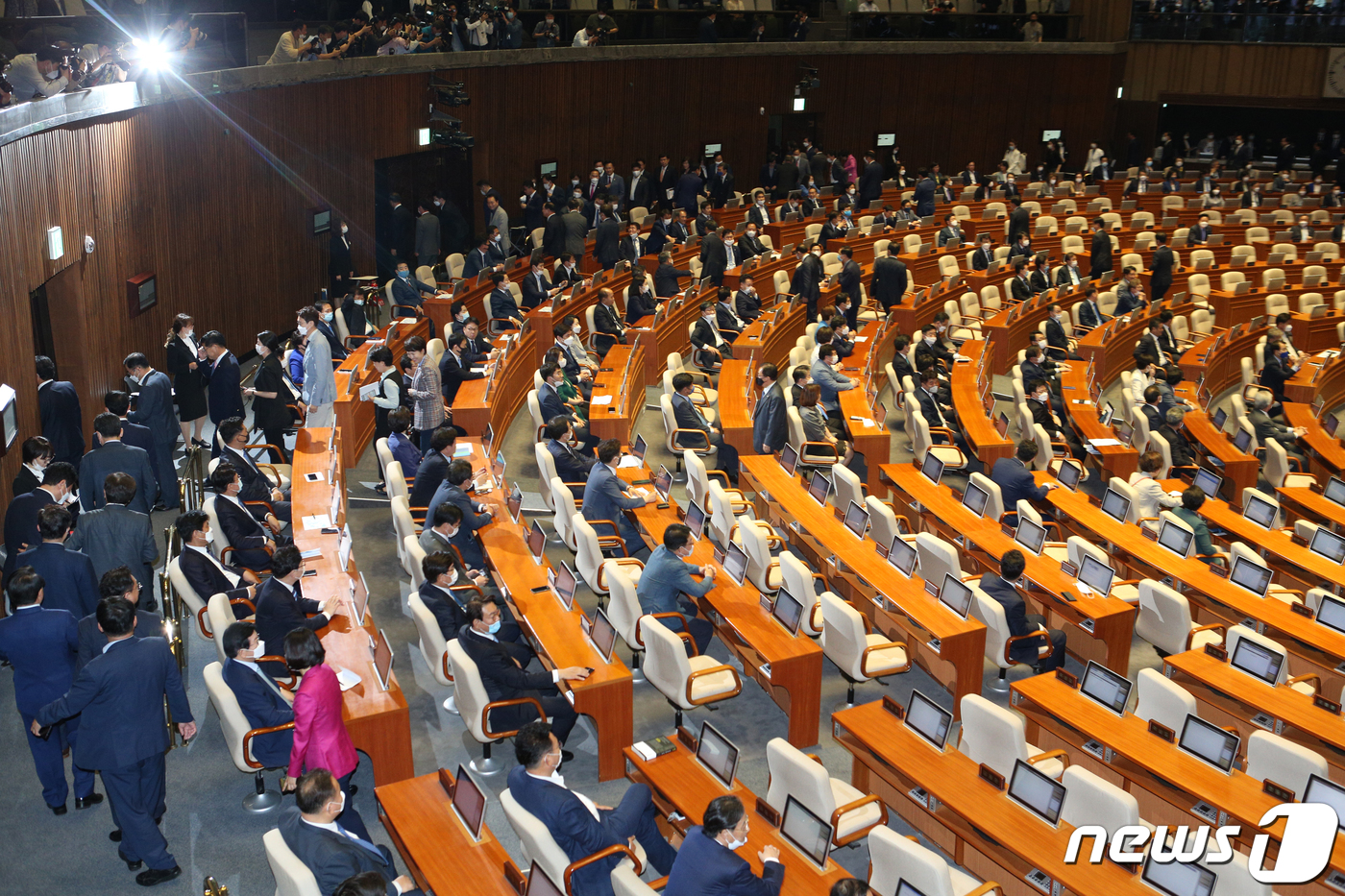 21대 국회 첫 대결 승자는..파국 피한 여야 상임위 협상 '전열정비'[농구더블|파라오 토토]