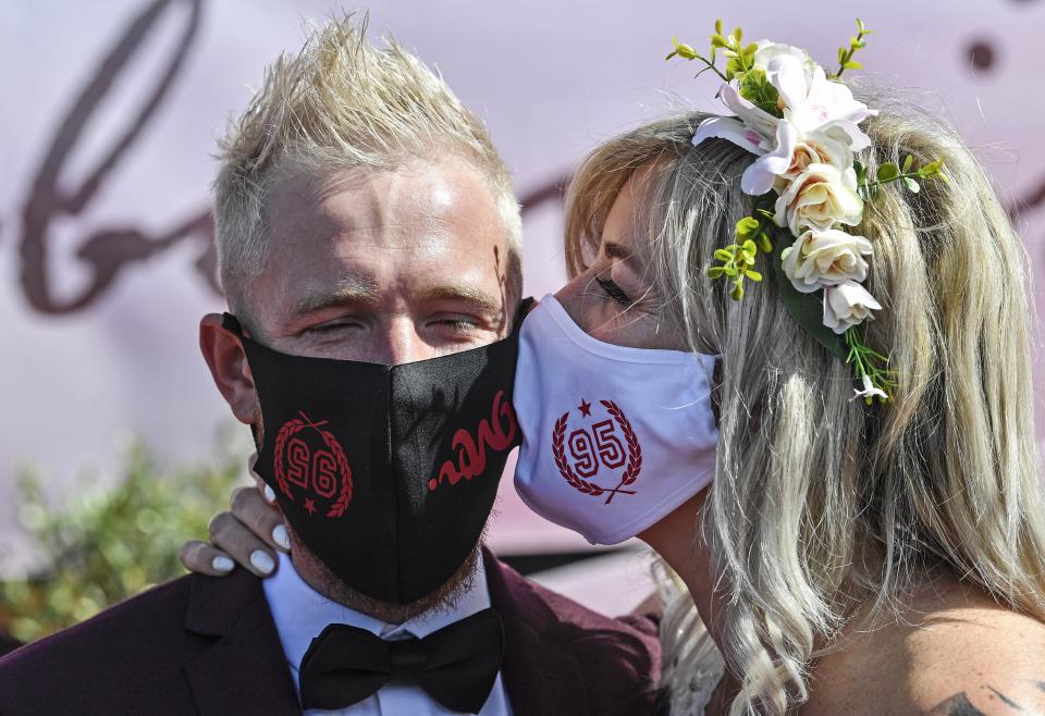 마스크 키스·드라이브 스루 예식까지..코로나 시대 지구촌 결혼 풍속도[스키장|설빙 토토]