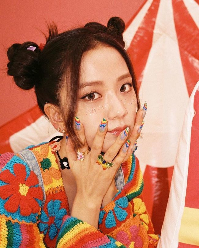 BLACKPINK member Ji Soo showed off her adorable beauty.Ji Soo posted several photos to his Instagram on September 1 with the caption, I want to see Blink.  In the revealing photo, she shows off her cute two-legged hair with freckle makeup.  Colorful rainbow costumes and colorful nail art attract attention.BLACKPINK is working on the new song Ice Cream.