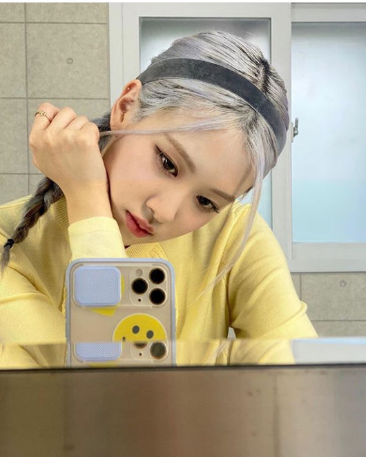 BLACKPINK member Rosé gave fans a chic yet adorable visual.On Day 2, Rosé posted a photo on his personal social media.  In the photo released, Rosé is focused on the selfie.Showing off her charismatic look in a careless lysinth, Rosé showed off her lovely yet neat visuals.Meanwhile, YG Entertainment released the first Ice Cream dance performance video on its official blog and BLACKPINK official social media on February 2 at 6 pm today.  In particular, the combination of Jisoo, Jenny, Rosé, Lisa, and Selena Gomez, who met in virtual reality with a 3D avatar, added freshness and captured the attention of global fans. BLACKPINK Rosé social media capture