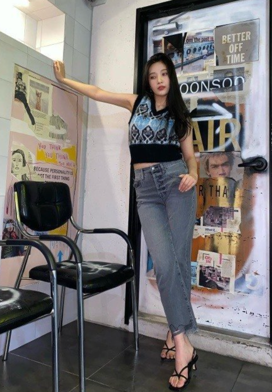 Maekyung.com News TeamGirl group Red Velvet Joy showed off her toned body.Joy posted a photo of herself on social media with the caption, ♥.In the photo, Joy poses for the camera in a blue jeans with long hair.Joy recently participated in TVNs Lets Introduce You If There Are Good People ostMeanwhile, Joy is hosting mbcs 2020 Thanksgiving Idol Dream Championship