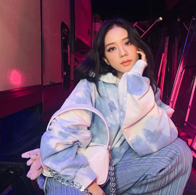 BLACKPINK member Ji Soo delivered his unique Aura to fans.On The 4th, today, Ji Soo, a member of the global Korean girl group BLACKPINK, posted a photo on his personal social media.  In the photo released, Ji Soo is staring at the camera in a pose reminiscent of a picture.Ji Soos dreamy look with one hand on his chin caught the attention of fans, from charismatic chic to cute and youthful charm.Meanwhile, Lovesick Girls, the title track of BLACKPINKs first full-length album belonging to Ji Soo, topped Spotifys global top 50 chart on the first day of its release on The 2nd (US time) and showed off the majesty of the unparalleled global Korean girl group. [Photo] Ji SooSNS Capture Ji SooSNS Capture