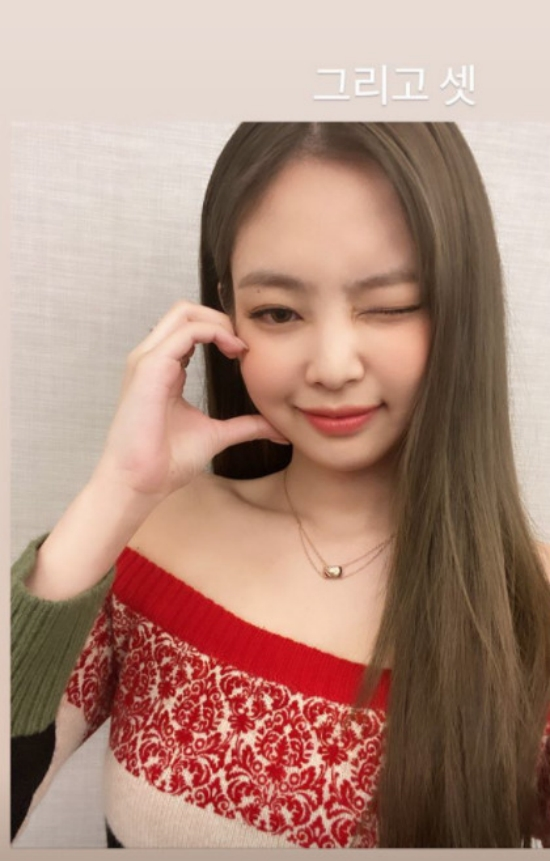 BLACKPINK Jennie Kims visuals and fan service catch the eye of fans.On The 13th, BLACKPINK Jennie Kim posted a number of photos on her Insta360 story.In the photo, Jennie Kim looks at the camera and shows off a variety of hearts.His visuals and heart affection attracted the attention of fans.Meanwhile, Jennie Kims BLACKPINK is writing a new history of the K-Pop girl group.BLACKPINK reached number two on the US Billboard 200 chart and the UK Official Albums Chart, making it the top-ranked K-pop girl group.And the title track of their new album, Lovesick Girls, is setting a meaningful record, taking first place on the global YouTube YouTube Song Top 100 chart (counting from October 2 to October 8).1 Entertainment media video and new media brand.