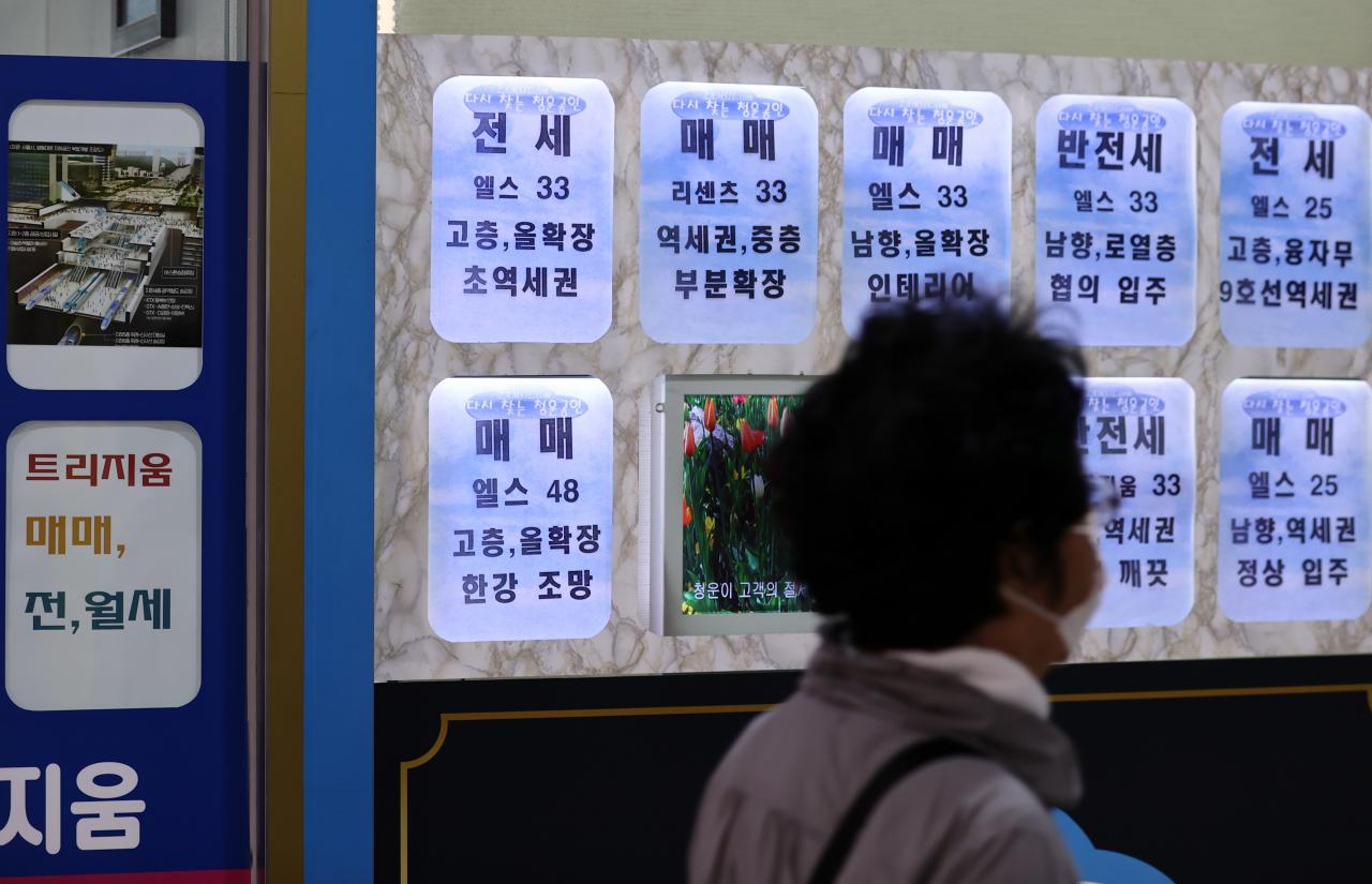 서울 및 수도권 전셋값이 70주 연속 상승세를 이어가고 있는 가운데, 내년에도 전세시장 상승세가 이어질 것이란 전망이 나오고 있다. 사진은 서울 송파구 일대 부동산 중개소 모습. [연합]