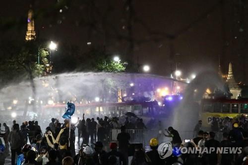 태국 경찰, '군주제 개혁' 시위대 왕실 행진 막고 물대포 쏴[카지노룸 FA 토토]