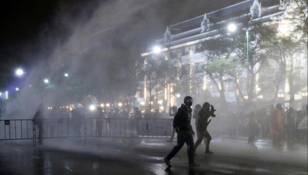 태국 경찰, 시위대 강경 진압..차벽에 물대포까지[인터넷알바|유에프씨 토토]