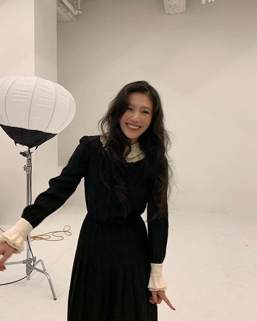 On the afternoon of the 14th, Joy posted several photos in succession on Instagram.The photo shows Joy posing professionally at what appears to be a photo shoot. In particular, Joy showed off her strong presence by perfecting her own style in any outfit.Meanwhile, on the 11th, Joy released the cover video forLook at Me taken with composer and singer Park Moon-chi on the Red Velvet YouTube channel.