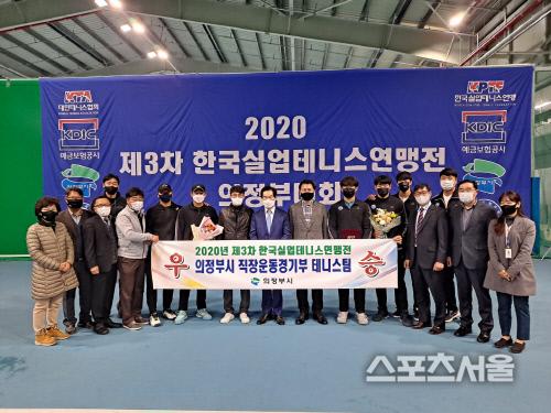 안병용 시장과 의정부시청 남자테니스팀.  의정부 | 김경무전문기자