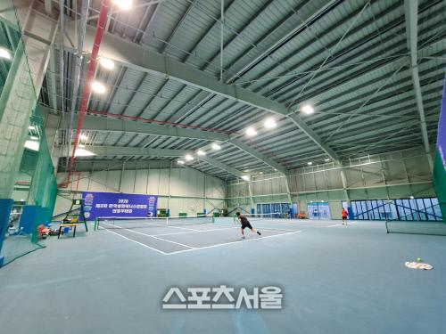 18일 의정부 호원실내테니스장에서 제3차 한국실업테니스연맹전 개인전 경기가 열리고 있다. 의정부 | 김경무전문기자