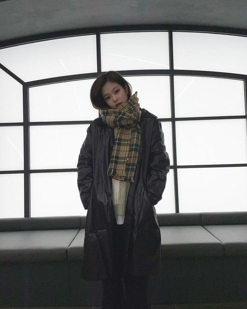 BLACKPINK Jennie Kim의 겨울나기 방법이 공개됐다.Jennie Kim는 11월 20일 자신의 인스타그램에 Winter is coming이라는 글과 함께 겨울 패션으로 중무장한 사진을 공개했다.scarf에 푹 파묻힌 가녀린 자태가 시선을 강탈한다.한편 Jennie Kim가 속한 BLACKPINK는 지난 10월 2일 앨범 THE ALBUM 발매 후 왕성한 활동을 펼쳤다