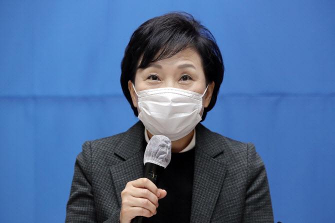 김현미 국토교통부 장관이 지난 22일 은평구에 위치한 매입 임대주택을 방문, 현장 점검을 마치고 인사말을 하고 있다. (사진=연합뉴스)