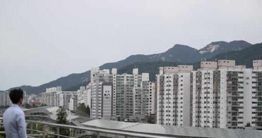 한 시민이 서울 노원구 상계동 일대 아파트 밀집 지역을 바라보고 있다. <연합뉴스>