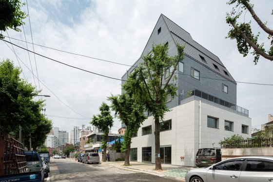 하나의 주택협동조합이 소유하고 있는 서울 서대문구 남가좌동의 주택 '하심재'의 모습. 마을과 함께 쓰는 공유공간을 두고 8가구가 사는 이 집에 올해 종부세 4600만원이 부과될 예정이다. [사진 노경 작가]