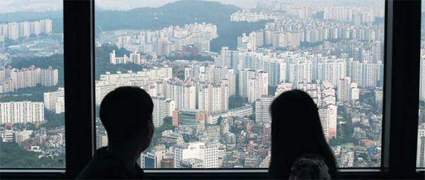 서울 여의도 63빌딩에서 관람객들이 주변 아파트 단지를 바라보고 있다. /김연정 객원기자