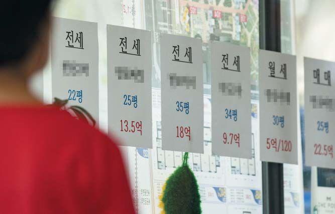 지난 17일 서울 서초구의 부동산 공인중개사무소에 붙어 있는 전·월세 매물들. 최근 서울 부동산 시장에서 전세 매물이 급감하고 가을 이사철을 대비한 수요가 겹치며 '제2의 전세 대란'이 일어날 수 있다는 우려가 커지고 있다. /박상훈 기자