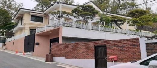 공매 입찰이 예정된 박근혜 전 대통령의 서울 서초구 내곡동 자택. /사진제공=지지옥션