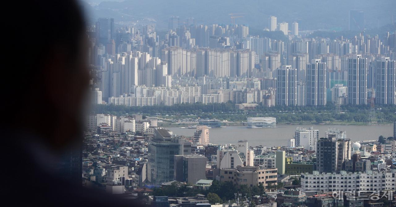 남산서울타워 전망대에서 한 시민이 서울시내를 바라보고 있다. [헤럴드경제 DB]