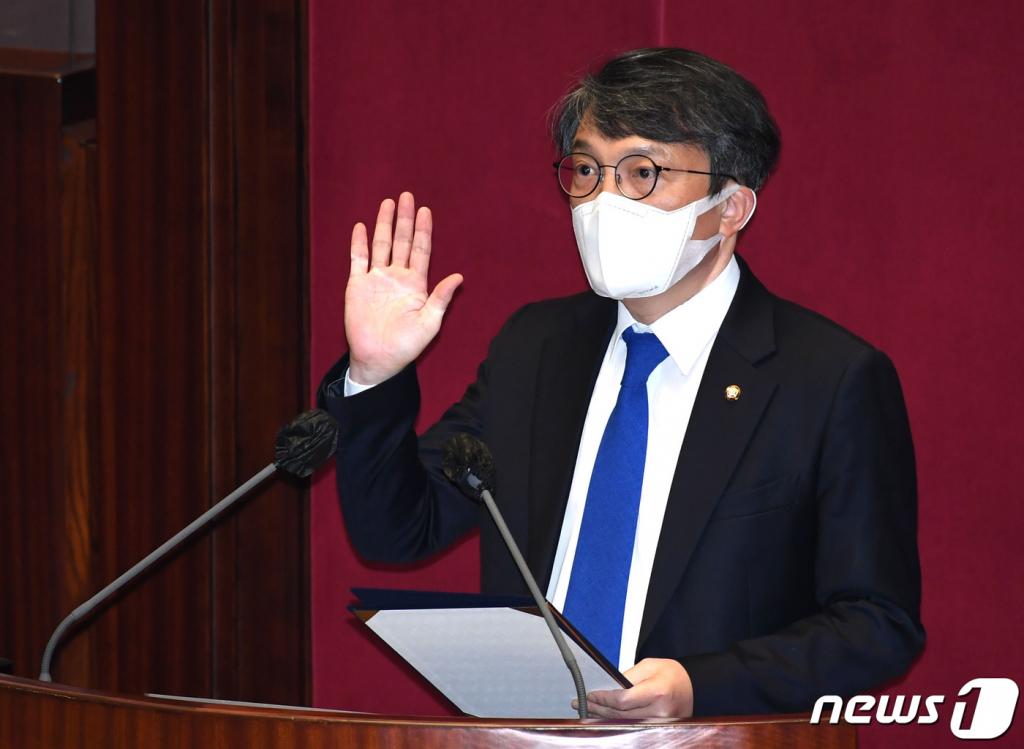 김의겸 열린민주당 의원이 4월 19일 오후 서울 여의도 국회 본회의장에서 열린 제386회(임시회) 제1차 본회의에서 의원 선서를 하고 있다. /사진제공=뉴스1