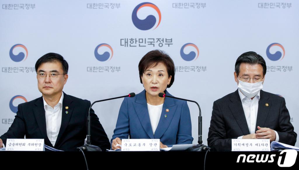 김현미 전 국토교통부 장관(가운데)이 지난해 6월 17일 오전 서울 종로구 정부서울청사에서 주택시장 과열요인 관리방안(6·17대책)을 발표하고 있다. /사진제공=뉴스1