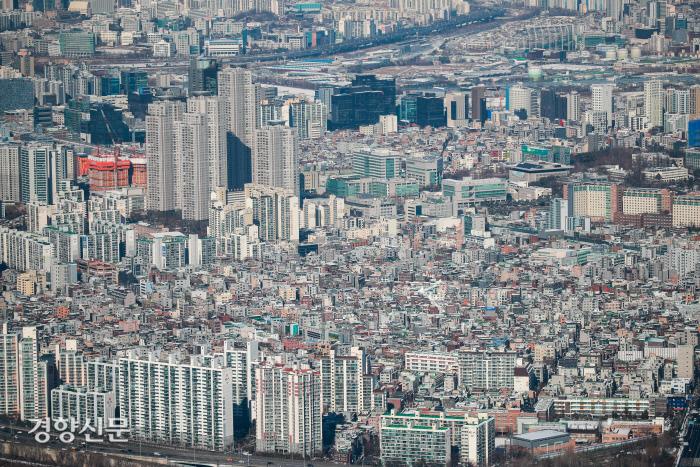 서울 송파구 롯데타워 서울 스카이 전망대에서 내려다본 서울 시내에 시민들의 각종 주거 형태가 보이고 있다. / 이준헌 기자