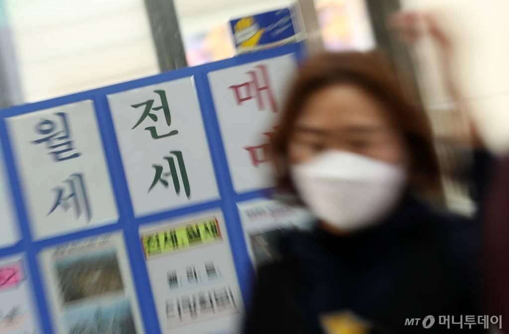 전세대란이 지속되며 정부가 오는 19일 추가 전세대책을 발표할 예정인 가운데 18일 서울 송파구의 부동산 사무소에 매물 전단이 붙어있다. /사진=김휘선 기자 hwijpg@