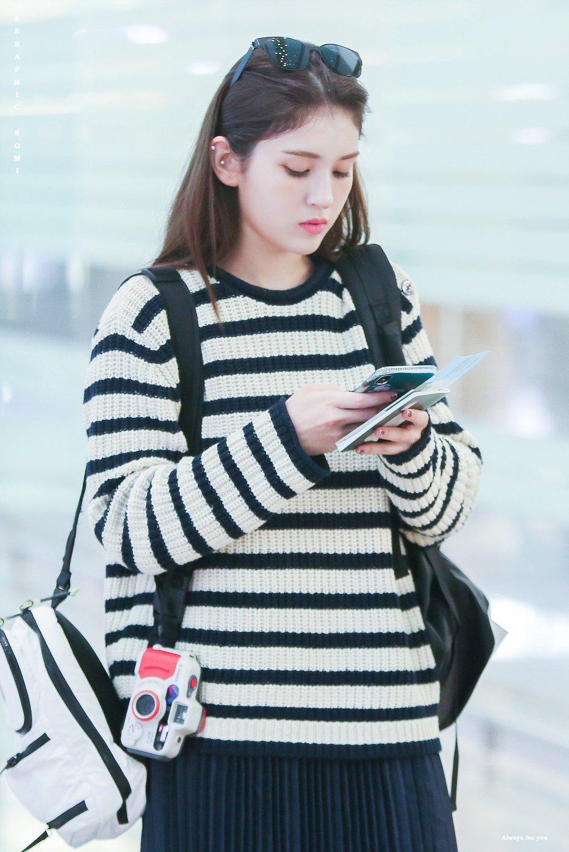 스웨터 입은 전소미