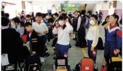 Ⅲ-63 홍콩의 어린이들이 사스 바이러스의 감염을 막기 위해 마스크를 쓰고 있다.