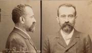 범인 식별 사진을 표준화한 알퐁스 베르티옹이 자신을 모델로 촬영한 사진(1900년경)