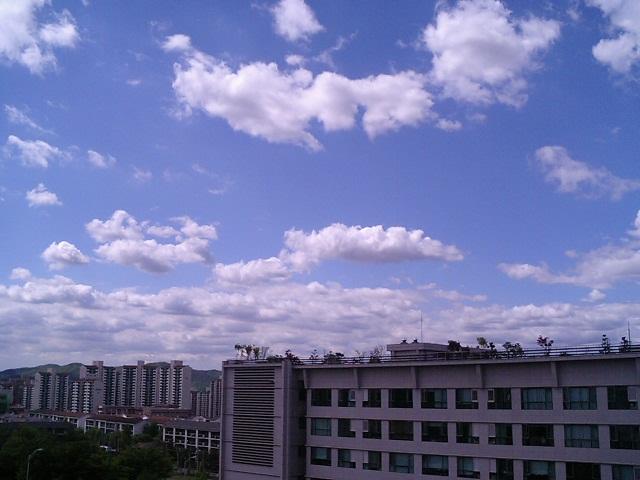 너무나도 맑은 하늘과 예쁜 구름, 마치 CG 같다.
