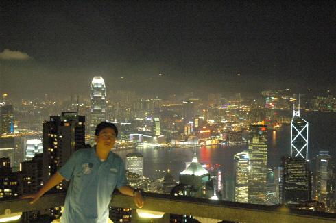 홍콩 야경을 배경으로 서다. 강정훈