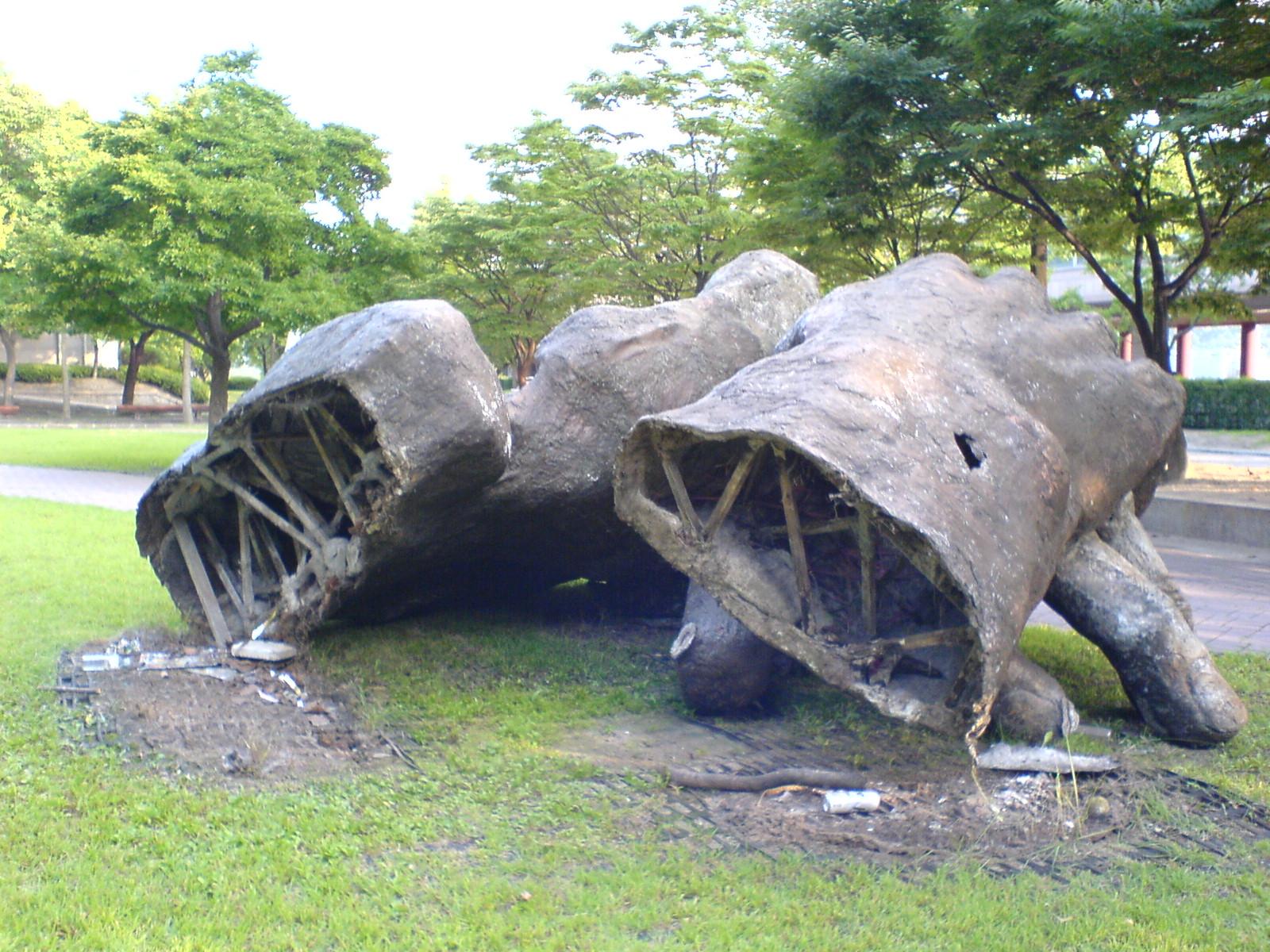 쓰러진 조형물 뒷모습