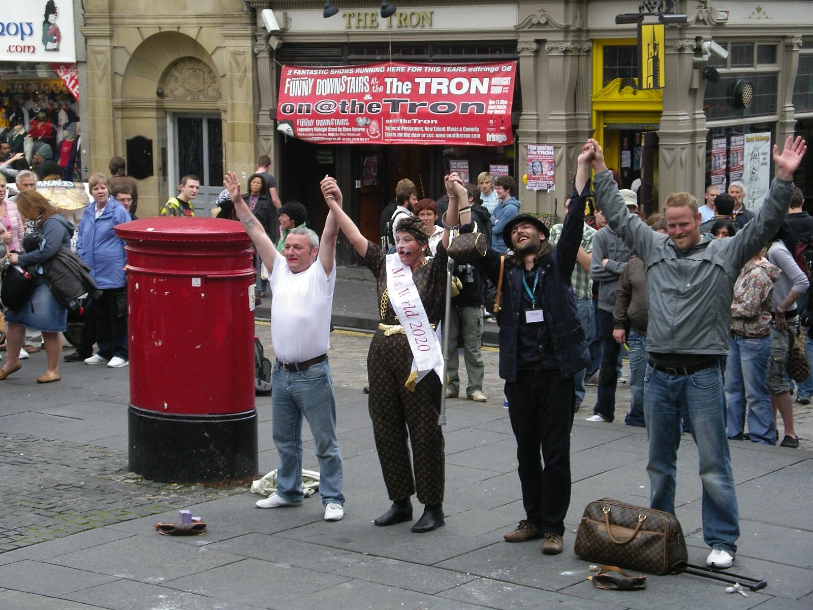 Comedy player and her volunteers, Edinburgh, in Fringe Festival